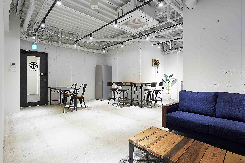 コンクリートの床と白壁がおしゃれ♪TIME SHARING秋葉原|TIME SHARING|タイムシェアリング |スペースマネジメント|あどばる|adval|SHARING