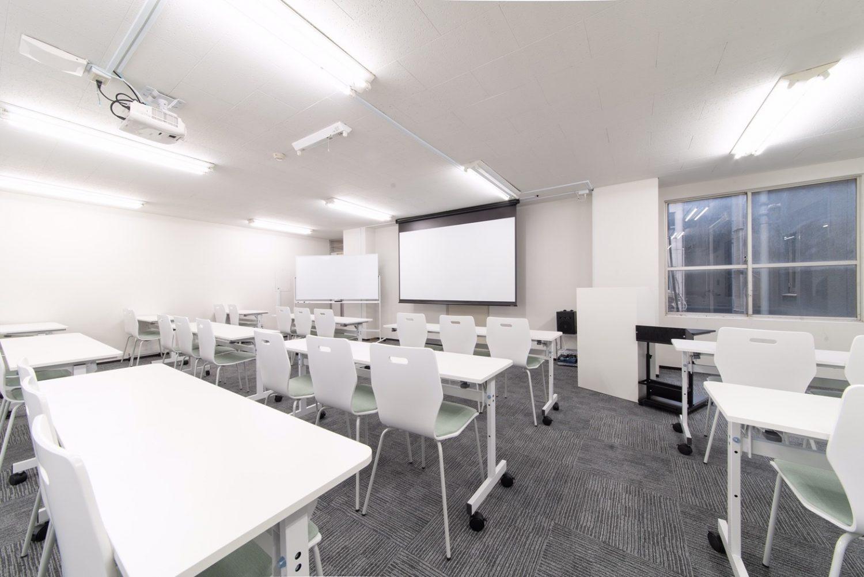 みんなの会議室 赤坂 | スクール形式で43名まで着席可能です。