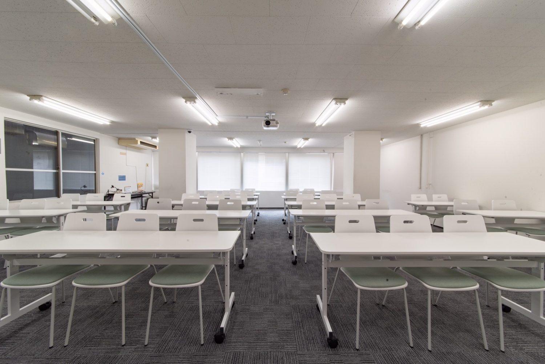 みんなの会議室 赤坂 | スクール形式で43名まで着席可能です。|TIME SHARING|タイムシェアリング |スペースマネジメント|あどばる|adval