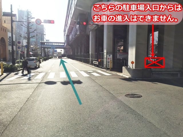 【道順3】手前の駐車場入口はお車での進入はできません。後方の入口をご利用ください。
