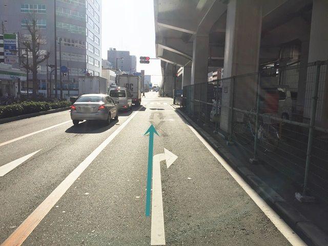 【道順5】信号手前に駐車場入口がございますので、そちらまで進んでください。