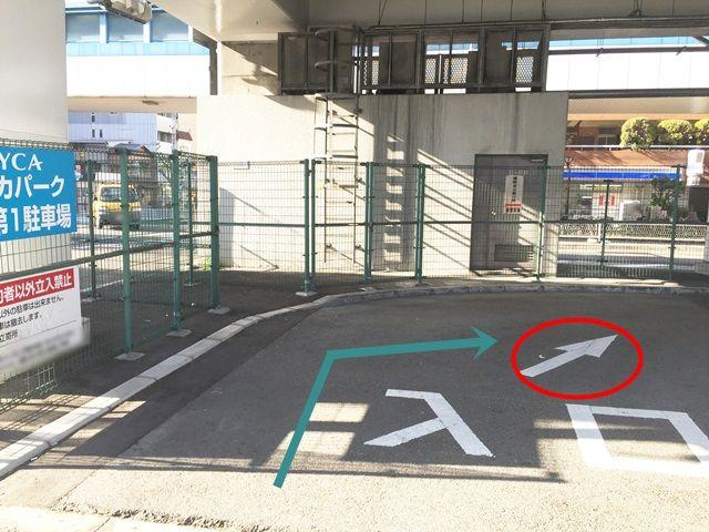 【道順8】矢印に従って奥へと進入してください。