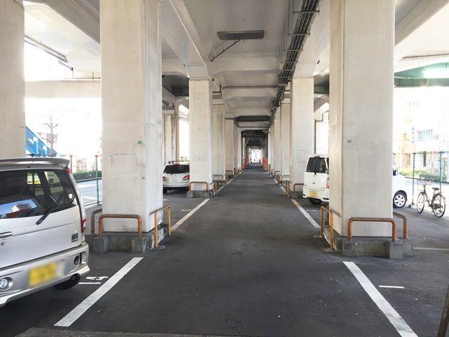 【道順9】駐車場内の通路は大変狭くなっております。駐車の際はご注意ください。