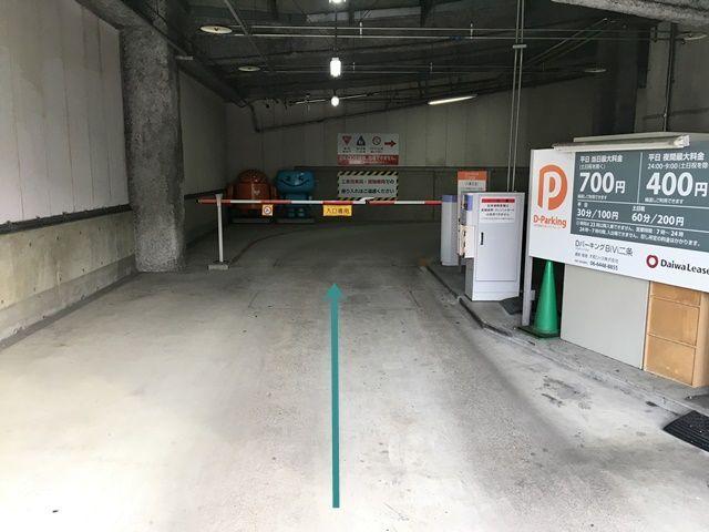 【道順1】駐車場入口から入り、バーの手前で一時停車してください。