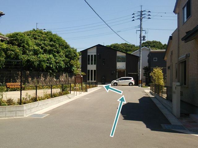 【順路7】右折後、突き当りを左に進むと目の前に駐車場のある住宅が見えます