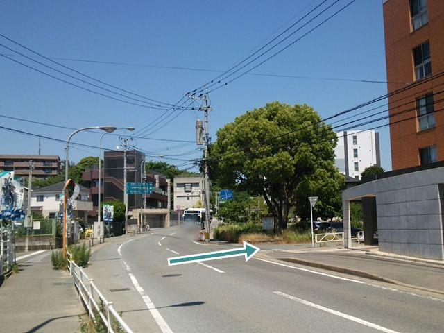 【順路1】マンション「バグーロ東平尾Ⅱ」の角を右折します