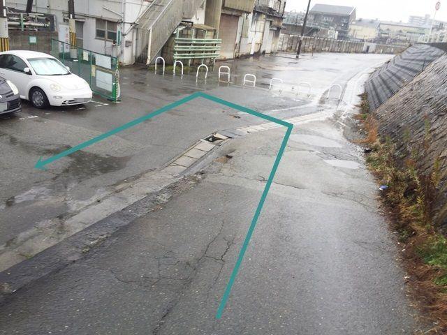 【道順4】坂を下ると左側に駐車場があります。