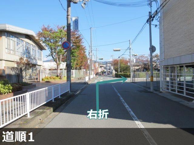 1. 「姫路市立小学校 城乾小学校」前の交差点で、掲載写真の矢印方向に、右折してください。