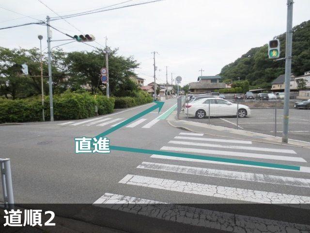 2. 右折後、直進し2つ目の角を通過すると、向かって右側にakippa駐車場が見えます。