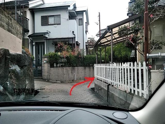 道順5. 三差路を右折すると駐車場8番そこから歩いて踏み切りを渡って生駒駅まで4-5分