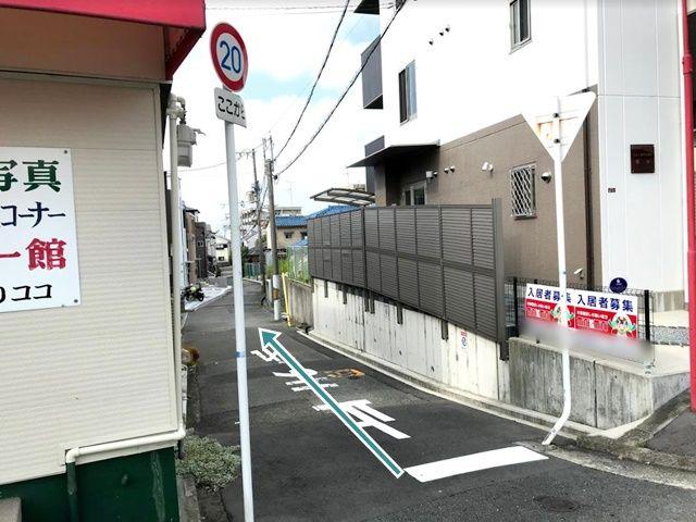 【順路2】こちらの角です。狭くなっていますので、ご注意ください