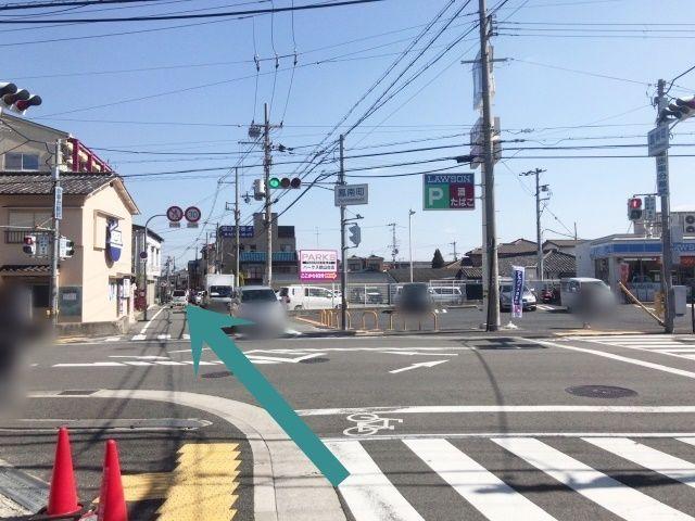 【道順2】東行されて来た方は、「鳳南町交差点」(右手奥にローソン、右手前に池田泉州銀行)を直進して下さい。 (※歩車分離信号の為、運転には十分お気を付け下さい。)