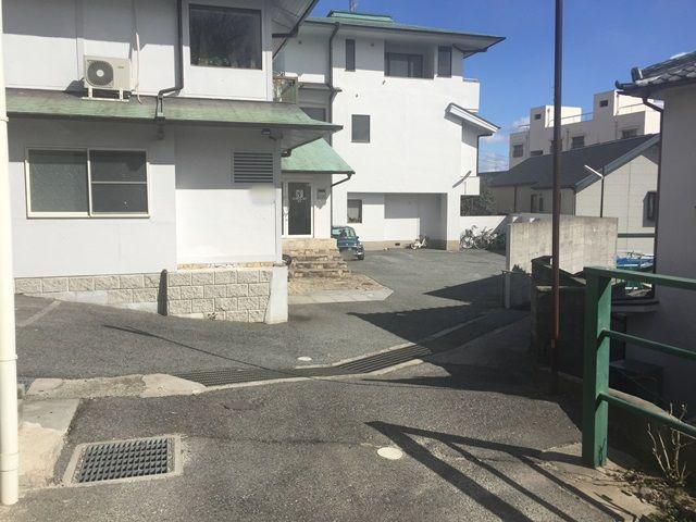 【道順5】ご利用駐車場になります。ご予約された駐車場に間違いないか確認し、ご予約されたスペースに駐車してください。