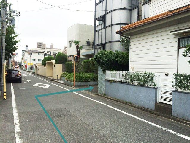 【道順2】直進していただくと左側に東綾瀬中学校の門があり、「右側」に駐車場入口があります。