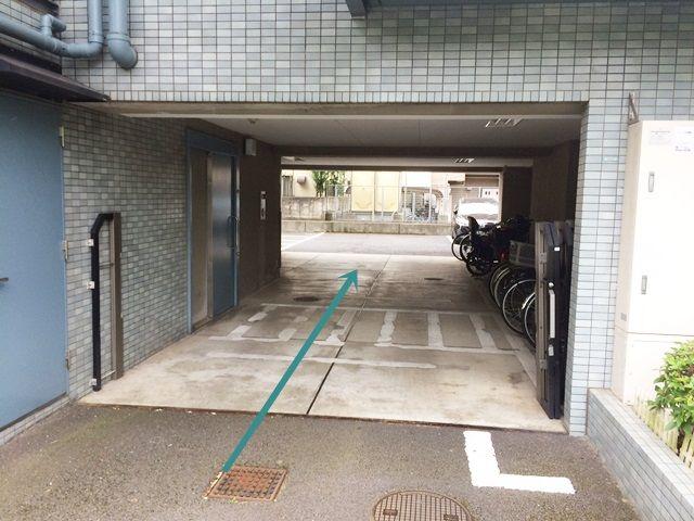 【道順3】駐車場入口の写真です。奥までお進みいただき、ご予約時のスペースに駐車してください。
