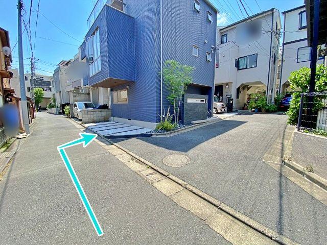 矢印の先が駐車場です