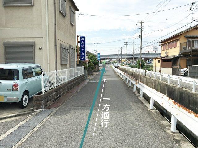 【道順3】200m程直進すると、「左手」にあるTOTOの看板を越えた先にご利用駐車場がございます。