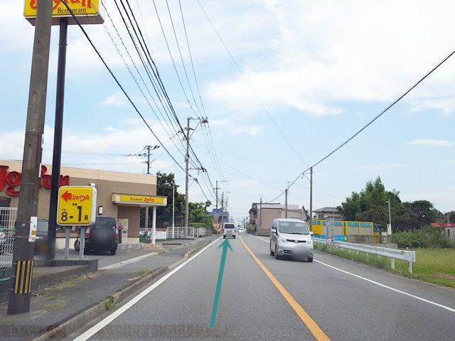 県道112号を東へ直進