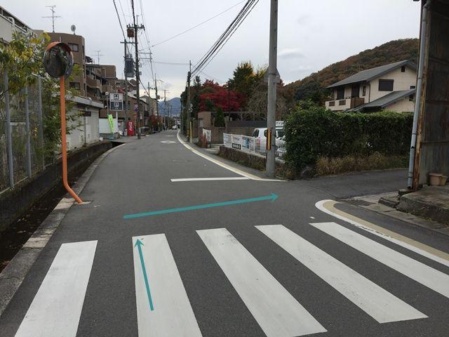 【順路3】左折後、すぐ(マツヤデンキ専用駐車場手前)右折します。右折後、直進すると左手に駐車場が見えてきます。