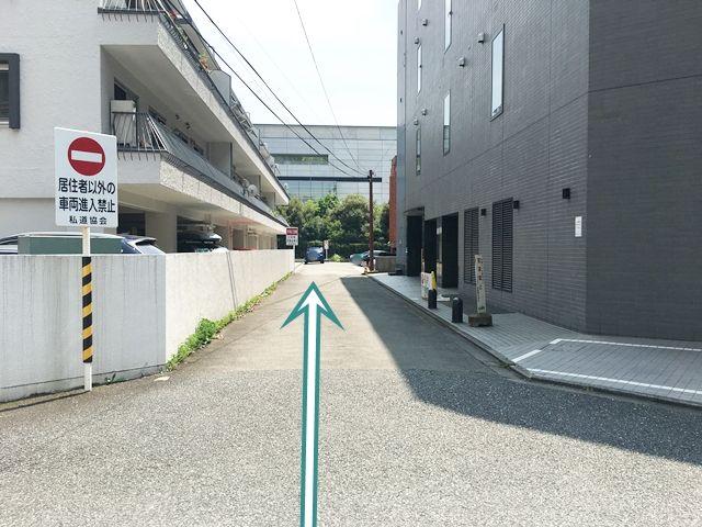 マンション下の駐車場内は一方通行です。ご利用の際はこちら側から入場してください。