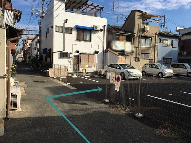 道順2.少し進むと右側にご利用駐車場があります