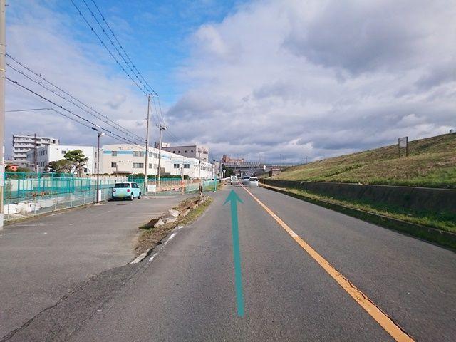 【道順1】「コーナンPRO 東淀川菅原店」南側の道路を「東」へ向かって進んでください。