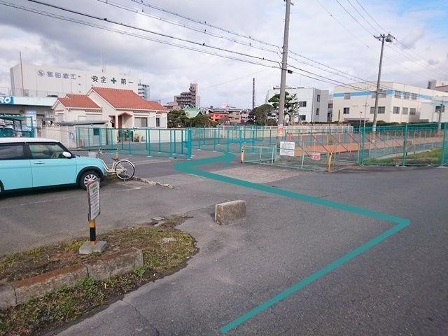 【道順2】「コーナンPRO 東淀川菅原店」の入り口前で「左折」後、すぐ「右折」して細い道路へ進んでください。
