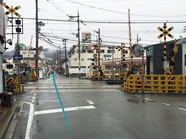 【道順1】「鼓滝駅」の出入口にある踏み切りを「東」へ直進してください。