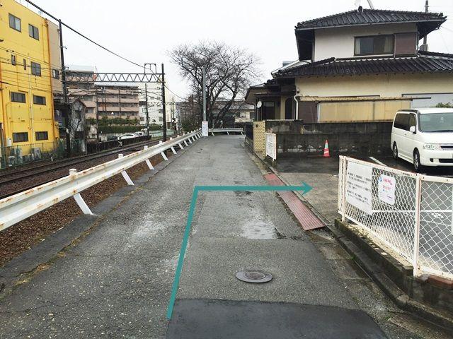【道順9】「右折」後すぐ「右側」に駐車場入口があります。