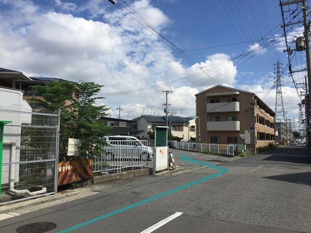 【道順4】直進していただくと「左側」に駐車場出入口があります。