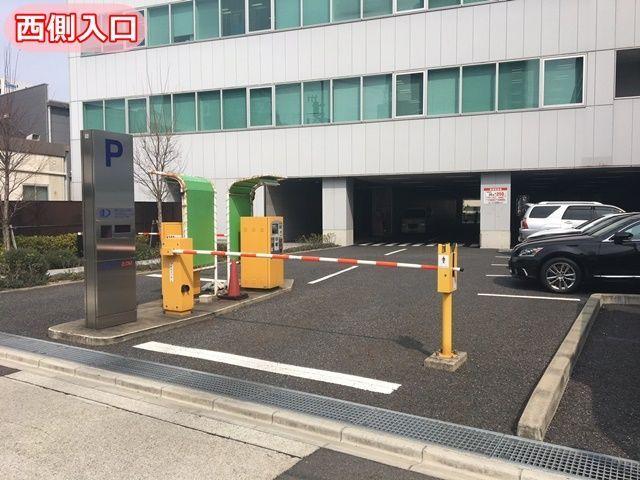 西側の駐車場入口の写真です。