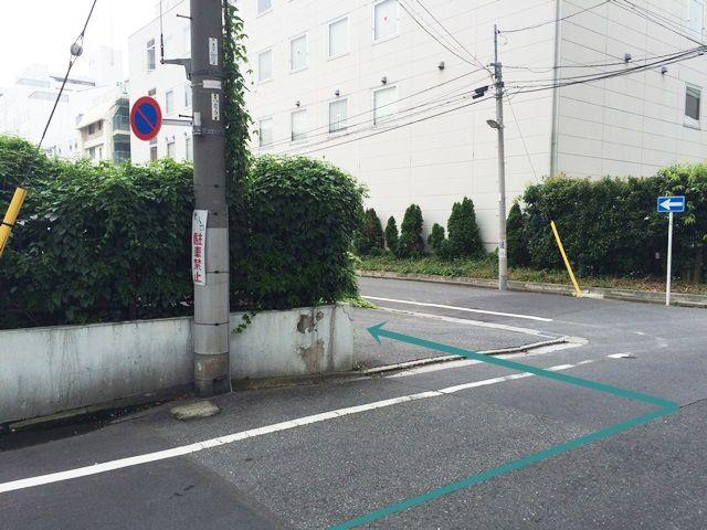道順3. 左折していただく角が駐車場入口になります。対向車等に気をつけて進入してください