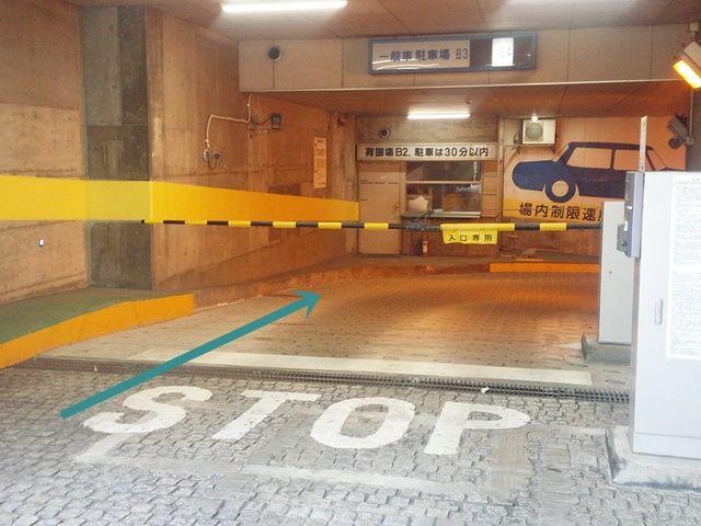 【道順1】駐車場入り口のバーを避け、端を通って駐車場内へと進入してください。