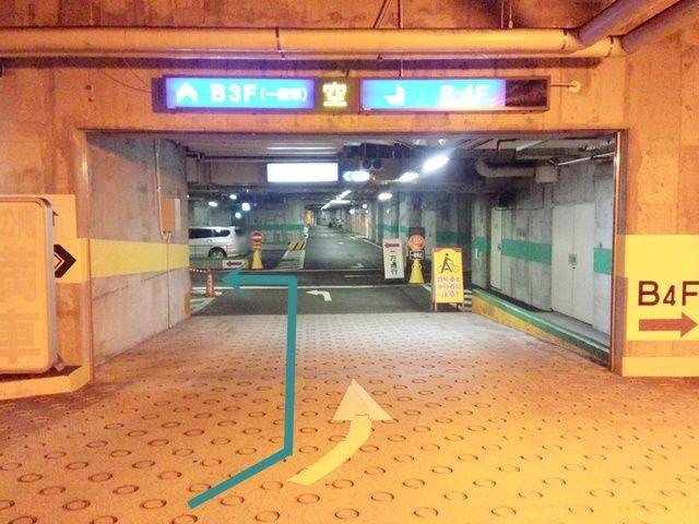 【道順2】地下3階の駐車場へと進み、入ってすぐ「左折」後、通路の表記に従って進んでください。