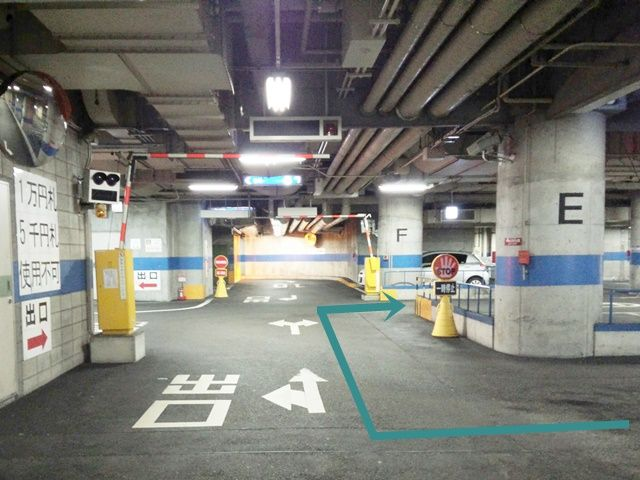 【道順3】出口手前の十字路を「出口と反対方向」へ進んでください。