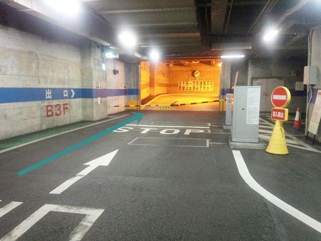 【道順5】出庫の際は、入庫時と同様にバーを避けて端を通り、出口へと進んでください。