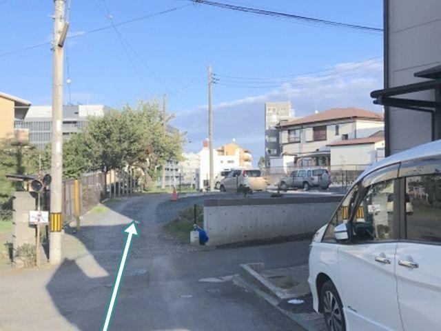 写真2. そのまま直進して砂利の駐車場に入ります。