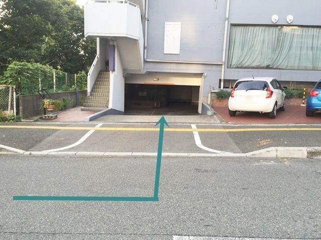 【道順3】手前側のこちらが地下駐車場入口になります。