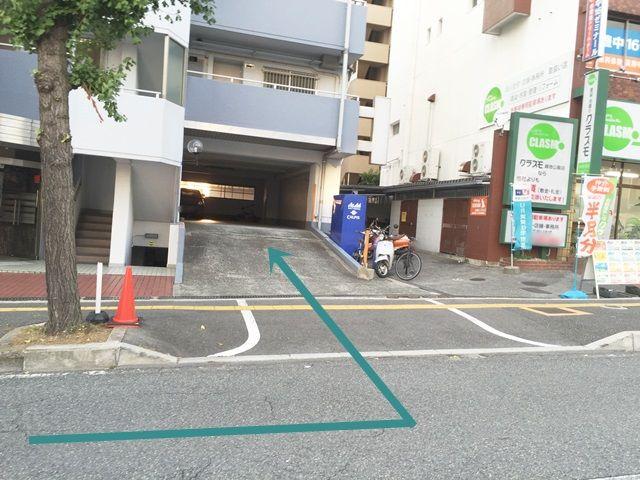 【道順5】奥側のこちらが1階駐車場入口になります。