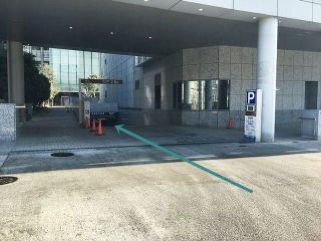【道順1】駐車場入口の写真です。矢印の方向へお進みください。