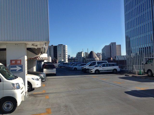 【道順8】屋上駐車場の全体写真です。空いている区画に駐車してください。