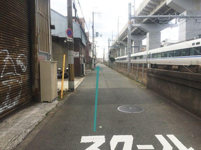【道順6】しばらく道なりにお進みください。道が狭くなっておりますので、歩行者や対向車等にお気をつけてください。