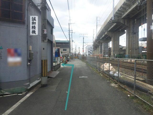 【道順8】道なりにお進みいただくと、「左側」に駐車場が見えてきます。
