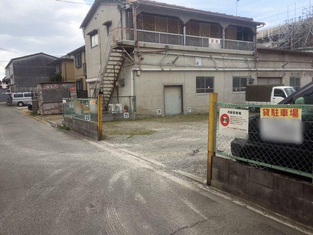 【道順10】反対側から見たの駐車場の入口になります。