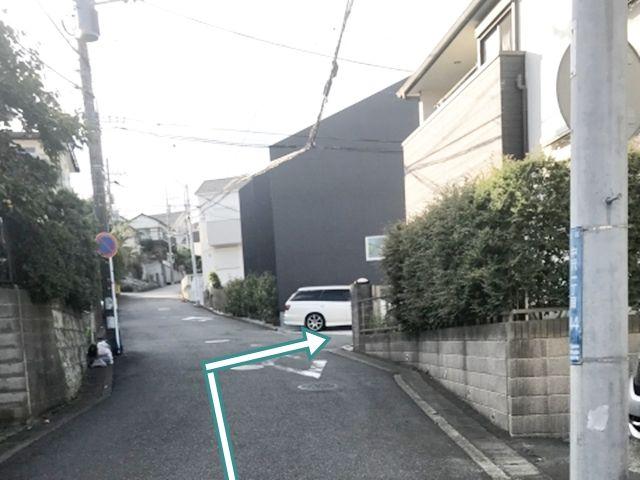 白い車のある手前の道を右折してすぐ右手にあります。