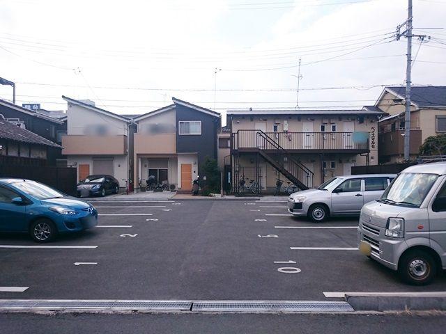 【道順4】左手にご利用駐車場があります。駐車場の向こうに「ベイスマルセ」が見えます。ご予約された駐車場に間違いないか確認し、ご予約されたスペースに駐車してください。