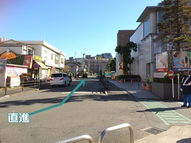 2.交差点を曲がった直後の風景です。道なりに直進してください。