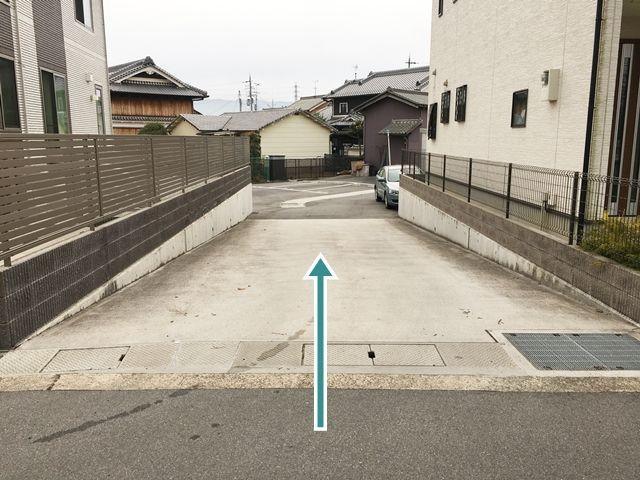 駐車場入口です。両側に住宅がありますので、ご通行の際はご注意ください。