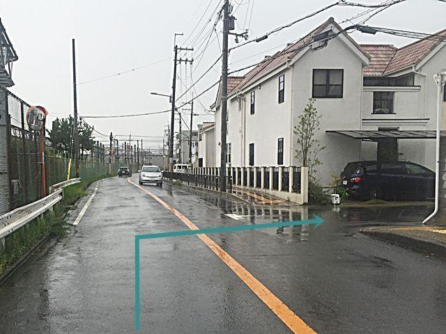 【道順3】踏み切りを過ぎて1つ目の角を「大阪人間科学大学 庄屋学舎横」を目印に「右折」してください。