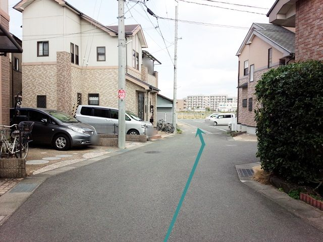 【道順3】住宅街を道なりに進むと、駐車場が見えます。
